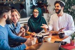 Ucznie różnorodny etniczny uczyć się w domu Uczenie i narządzanie dla uniwersyteckiego egzaminu obrazy royalty free