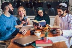 Ucznie różnorodny etniczny uczyć się w domu Uczenie i narządzanie dla uniwersyteckiego egzaminu obraz royalty free