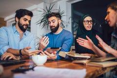 Ucznie różnorodny etniczny uczyć się w domu Uczenie i narządzanie dla uniwersyteckiego egzaminu, selekcyjna ostrość obrazy royalty free