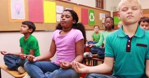 Ucznie robi joga w sala lekcyjnej zbiory