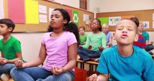 Ucznie robi joga w sala lekcyjnej zdjęcie wideo
