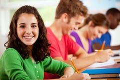 Ucznie: Rząd ucznie Siedzi Przy biurkami zdjęcie royalty free