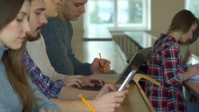 Ucznie słuchają wykład fotografia royalty free