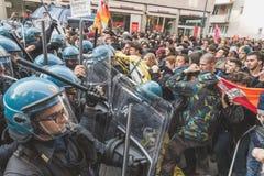 Ucznie stawać twarzą w twarz policję w Mediolan, Włochy zdjęcie stock