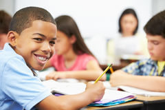 Ucznie Studiuje Przy biurkami W sala lekcyjnej Zdjęcia Stock