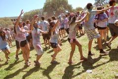 Ucznie tanczą wpólnie wiosna festiwal Fotografia Stock