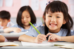 Ucznie TARGET444_1_ Przy Biurkami W Chińczyka Szkole obrazy royalty free