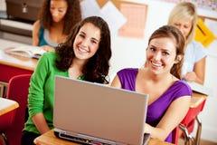 Ucznie: Uśmiechnięci ucznie Pracuje Wpólnie Na projekcie Fotografia Stock