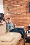 Ucznie uczy się dla egzaminów wraz z eBook w domowym wnętrzu Fotografia Stock