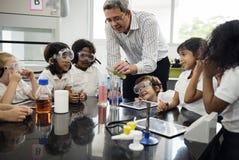 Ucznie Uczy się w nauka eksperymentu laboratorium zdjęcia royalty free
