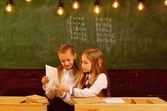 Ucznie w mundurku szkolnym dwa szczęśliwego ucznia w mundurku szkolnym mundurek szkolny dla nowożytnych uczni mundur dla gilrs uc obraz royalty free