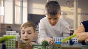 Ucznie w sala lekcyjnej, laborancki uczenie o energii odnawialnej zbiory wideo