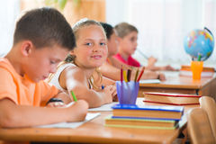 Ucznie w sala lekcyjnej przy szkołą fotografia royalty free