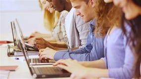 Ucznie w szkolnym używa komputerze