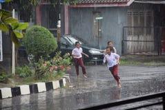 Ucznie wystawiający padać Fotografia Stock