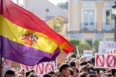 Ucznie z flaga i znaki przy protestem przeciw edukacj polityka w Madryt, Hiszpania Madryt, Hiszpania, Październik - 26, 2016 - Zdjęcia Stock
