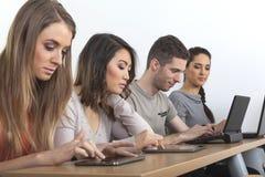 Ucznie z laptopami i pastylkami Zdjęcia Royalty Free