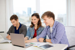 Ucznie z laptopem, notatnikami i pastylka komputerem osobistym, Fotografia Stock