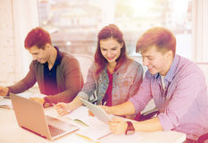 Ucznie z laptopem, notatnikami i pastylka komputerem osobistym, Zdjęcie Stock