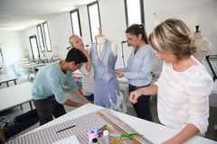 Ucznie z nauczycielem w dressmaking klasie Zdjęcie Royalty Free