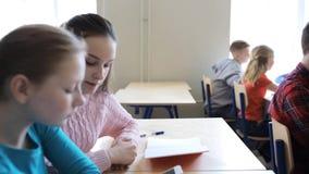 Ucznie z smartphone na lekci przy szkołą zbiory