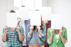 Ucznie zakrywa twarze z pustymi papierami obrazy royalty free