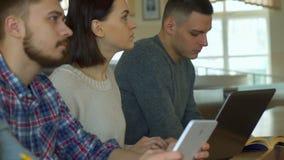 Ucznie zauważają wykład na różnych gadżetach obraz stock