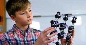 Uczniowski doświadczalnictwo molekuły model w laboratorium przy szkołą zdjęcie wideo