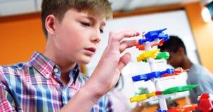 Uczniowski doświadczalnictwo molekuły model w laboratorium przy szkołą zbiory wideo