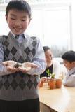 Uczniowski trzymający troszkę żółwia w jego rękach, Pekin obrazy stock