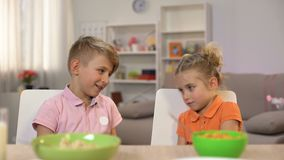 Uczniowskiego łaskotania mała siostra, bawić się podczas śniadania, rodzinna komunikacja zbiory