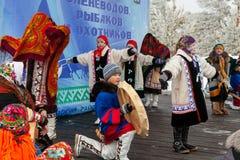 Uczta reniferowi poganiacz bydła i fishermans Młode dziewczyny i chłopiec w krajowych kostiumach wykonują tradycyjnego tana obraz royalty free