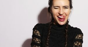 uczuciowa dziewczyna Piękny nowożytny model pokazuje jęzor emocj twarzy dziewczyna szczęśliwa Fotografia Royalty Free
