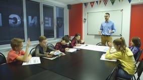 Uczyć się i ludzie pojęć - nauczyciel pomaga szkoła żartuje writing test w sala lekcyjnej zbiory