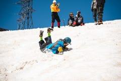 Uczyć się wśliznąć stosownie na lodowu z czekanem lub skłonie Zdjęcie Royalty Free