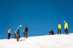 Uczyć się wśliznąć stosownie na lodowu z czekanem lub skłonie Obrazy Royalty Free