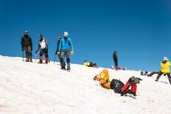 Uczyć się wśliznąć stosownie na lodowu z czekanem lub skłonie Fotografia Stock