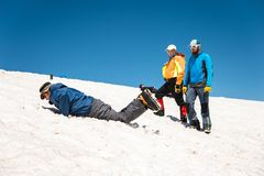 Uczyć się wśliznąć stosownie na lodowu z czekanem lub skłonie Zdjęcie Stock