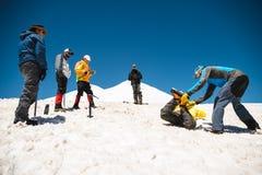Uczyć się wśliznąć stosownie na lodowu z czekanem lub skłonie Obrazy Stock