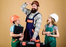 Uczy c?rki Nieformalna edukacja Ojca dzie? Siostry pomocy ojca budowniczy domowy od?wie?anie Tworzy pok zdjęcia stock