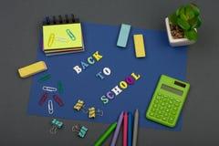 Uczy kogoś set z błękitnym papierem, tekstem & x22; Popiera school& x22; drewniani listy, kalkulator, markiery i inny materiały, obrazy stock