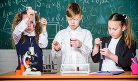 uczy się ciężkie Lab mikroskop Children dzień Chemia mikroskop ucznie robi biologia eksperymentom z mikroskopem fotografia stock