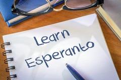 Uczy się esperanto pisać w notepad zdjęcie royalty free