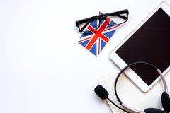 Uczy się językowego online styl życia na bielu stołu tła odgórnego widoku egzaminie próbnym Fotografia Royalty Free