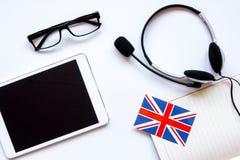 Uczy się językowego online styl życia na bielu stołu tła odgórnym widoku Fotografia Stock
