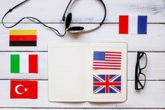 Uczy się językowego online styl życia na drewnianego stołowego tła odgórnym widoku Obraz Royalty Free