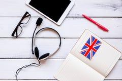 Uczy się językowego online styl życia na drewnianego stołowego tła odgórnym widoku Zdjęcie Royalty Free