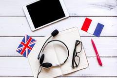 Uczy się językowego online styl życia na drewnianego stołowego tła odgórnym widoku Zdjęcia Royalty Free