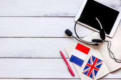 Uczy się językowego online styl życia na drewnianym stołowym tło odgórnego widoku egzaminie próbnym up Fotografia Royalty Free