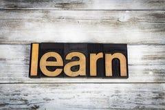 Uczy się Letterpress słowo na Drewnianym tle zdjęcia royalty free